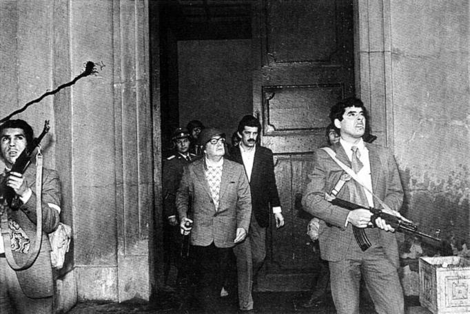 Salvador Allende saliendo del Palacio de la Moneda en 1973.